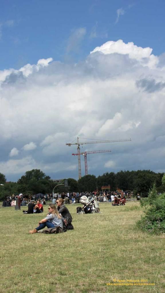 Sonntags im Mauerpark, Blick Richtung Norden zur Groth-Baustelle