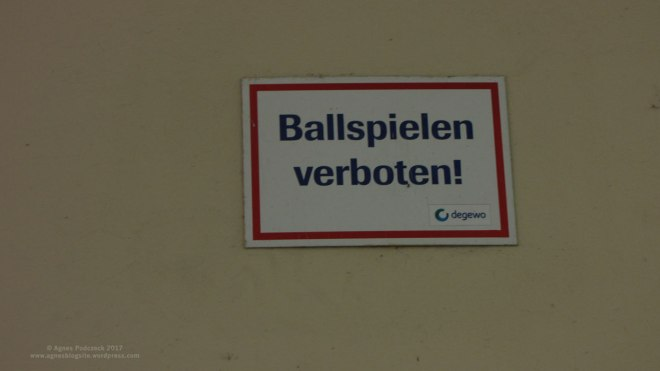 BALLSPIELEN VERBOTEN, Schild in einem Berliner Hausdurchgang