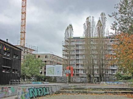 28.10.2017, Blick von der Schwedter Straße (Prenzlauer Berg) Richtung Groth-Baustelle. Links im Bild eine Ecke der Jugendfarm Moritzhof