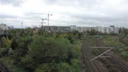 28.10.2017, Blick von Brücke Schwedter Steg/Schivelbeiner Straße aus nach Süden, zur Baustelle. Alle Kräne weisen nach Osten. Kein Zeichen, oder???