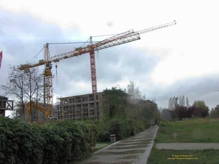 28.10.2017, Wir nähern uns nun von der Baustelle von Süden aus, also vom Mauerpark kommend. Wir sehen - die Häuser sind weiter gewachsen.