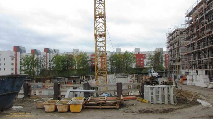 o sieht es also hinter dem Haus aus. Soweit ich weiß, entstehen hier, entfernt von den Gleisen des S-Bahnrings und dem Park zugewandt, die Eigentumswohnungen.