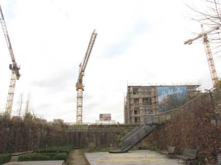 Groth-Baustelle am Mauerpark, Blick auf die Baustelle aus dem sogenannten Senkgarten an der Schwedter Straße, Sonntag, 26. November 2017